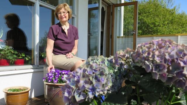 Karin Christoffersen opplevde å miste kjæresten sin da han fikk hjertestans for seks år siden. Hun følte seg usikker på hvordan hun skulle gi han førstehjelp, men fikk god hjelp fra nødsentralen. Hun skulle likevel ønske at hun hadde vært bedre forberedt den skjebnesvangre natta. FOTO: KARI SKEIE